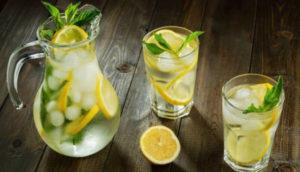 شاي الليمون والماء يخفف من الام المعدة