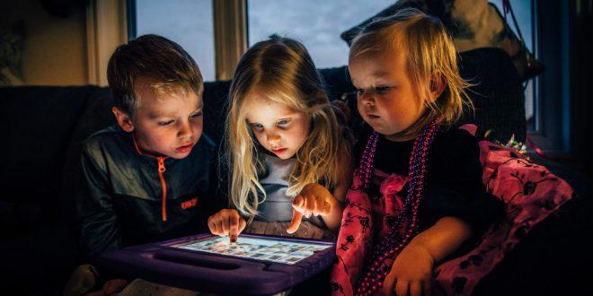 اضرار الهواتف المحمولة على عيون اطفالك